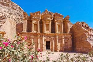 Célèbre façade de l'Ad deir dans l'ancienne ville de Petra, Jordanie