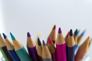 Crayons colorés sur fond blanc clair photo