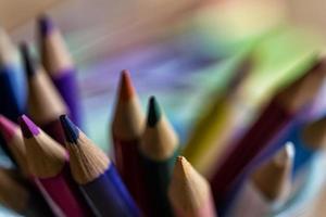 Crayons colorés gros plan sur un arrière-plan flou photo