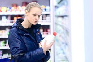 femme, dans, a, épicerie, tenue, lait photo