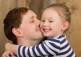père embrassant sa fille photo