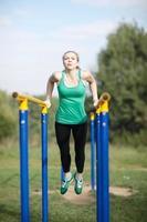 gymnaste femme exerçant sur des barres parallèles