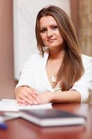 jeune femme d'affaires posant photo