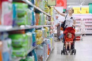 mère avec son garçon au supermarché photo