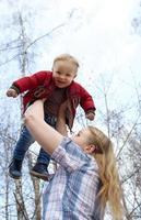mère tenant un enfant photo