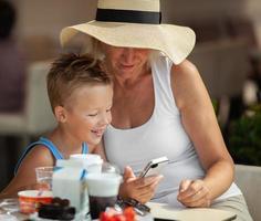 petit-fils et grand-mère en train de déjeuner photo