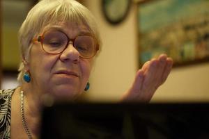 femme aînée, utilisation, a, ordinateur portable