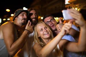 amis prenant un selfie photo