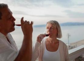 couple d'âge mûr en sirotant du vin photo