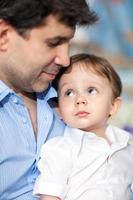 père tenant son fils photo
