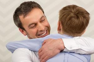 père embrassant son fils photo