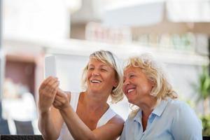 deux femmes mûres prenant un selfie photo