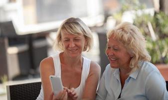 deux femmes mûres prenant une photo