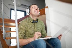 jeune homme, écouter de la musique