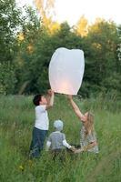 enfants avec une lanterne en papier allumée photo