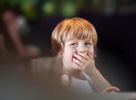 jeune garçon couvrant la bouche photo