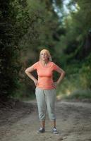femme mûre exerçant à l'extérieur