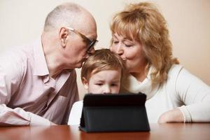 grands-parents et petit-fils