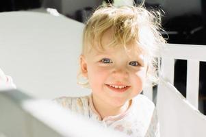 enfant souriant dans un berceau