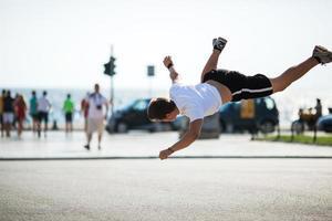 jeune homme faisant un saut périlleux