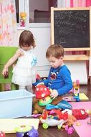 enfants jouant avec des jouets à la maison photo