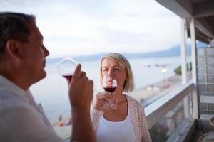 couple d'âge mûr buvant du vin photo