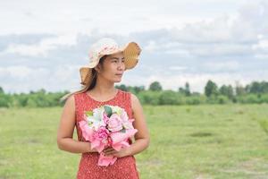 jeune femme se détendre dans un champ vert photo