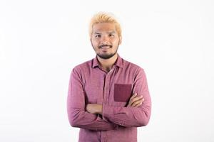 Portrait d'un bel homme hipster debout isolé sur fond blanc photo