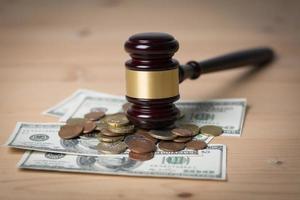 concept de la cour juridique marteau sur un assortiment d'argent, close-up photo