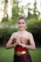 belle femme vêtue d'une robe thaïe typique photo