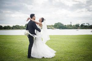 jolie mariée et beau marié magnifique affichage dans la nature photo