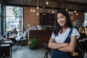 portrait, de, a, jeune femme, sourire, dans, café-restaurant, café photo