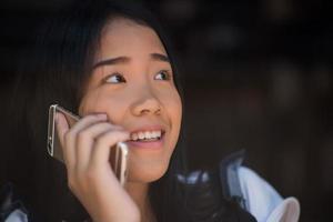 jeunes femmes utilisant et regardant le smartphone au café de la fenêtre photo