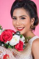 Portrait d'une belle femme avec bouquet de fleurs photo