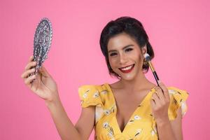 femme à la mode avec maquillage et miroir photo