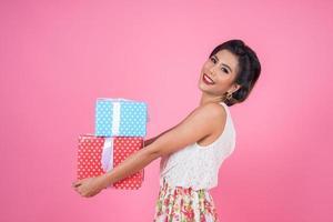 belle femme heureuse avec des coffrets cadeaux surprise photo