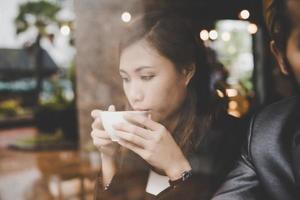 amis d'affaires prenant une pause dans un café-bar, boire du café photo