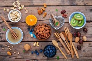 miel, fruits et noix photo