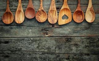 Ustensiles de cuisine en bois sur fond de bois minable