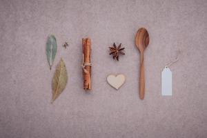 cuillère en bois avec cannelle, anis étoilé et feuilles de laurier photo