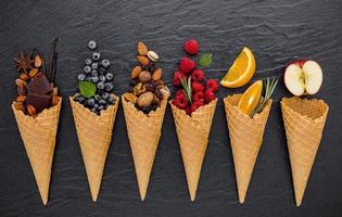 fruits et noix avec des cornets de crème glacée photo