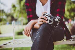 gros plan, de, hipster, femme, à, appareil photo vintage