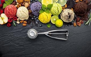 crème glacée colorée avec une cuillère photo