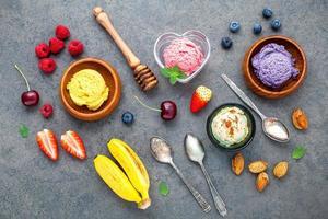 mise à plat de la crème glacée avec divers fruits photo
