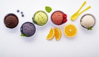 crème glacée dans des bols photo