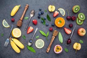 fruits et miel avec ustensiles photo