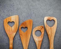 cuillères en bois avec des coeurs photo