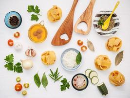 vue de dessus des ingrédients italiens photo