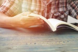 personne lisant un livre photo