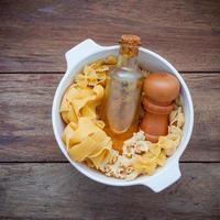 pâtes et huiles dans un bol photo